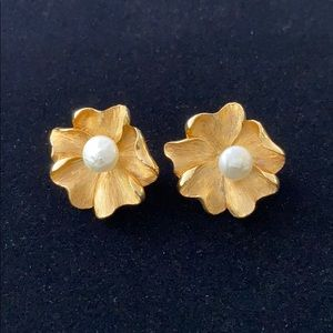 Vintage clip on flowers earrings faux pearl